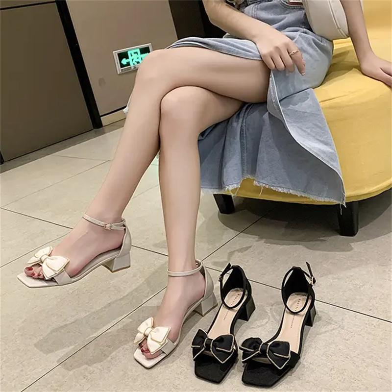 2021 Trendy Temperament Frauen Sandalen Bogen Mode Sommerschuhe Ein-förmige Schnalle Schwarz
