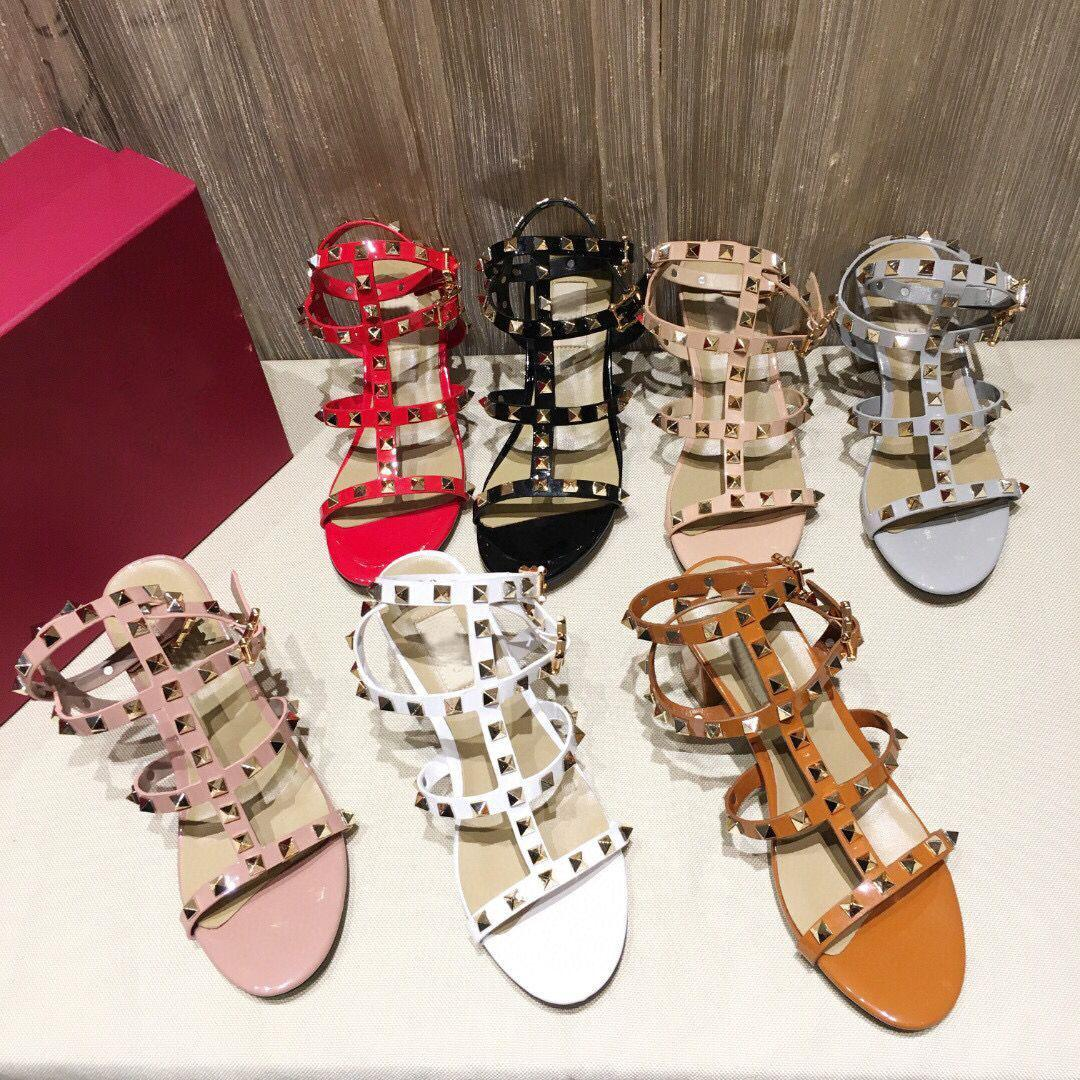 Designer Hohe Qualität Womens Mode Frühling und Sommer Neue Sandalen Peep Toe High Heel Niet Leather Button Damen Dicke Fersensandalen