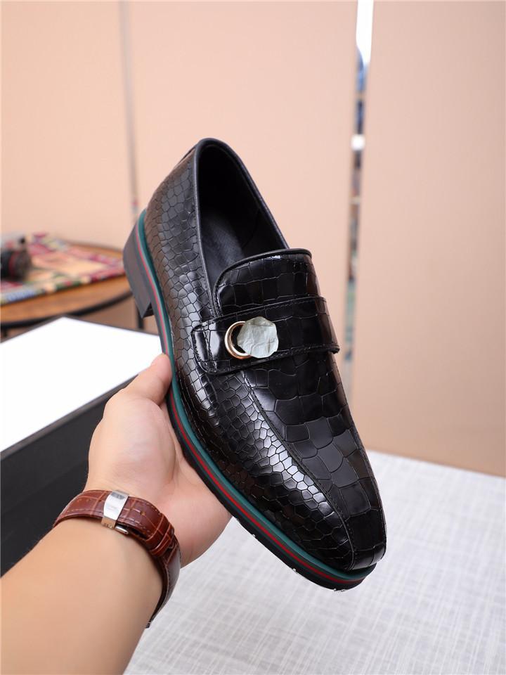 새로운 도착 클래식 남성 럭셔리 드레스 신발 가죽 이탈리아어 공식 옥스포드 신발 아파트 신발 남자 낮은 캐주얼 특허 가죽 신발