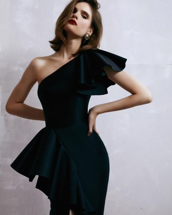 Zarif bir Siyah Frilly Omuz Bandaj Seksi Tasarımcısı 2021 Orta Buzağı Bodycon Club Parti Elbise TQWN