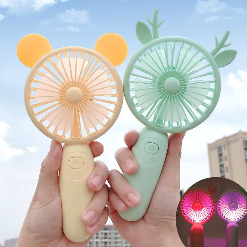 Wholesale USB fans chargés d'éclairage mini gadget de bureau portatif ajustable 2 vitesses de bande dessin animé de bande dessin animé avec un voyages silencieux de voyages en plein air