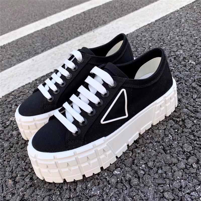 Triangle Décorer des chaussures décontractées Plate-forme en caoutchouc inspirée des pneus de motocross définit la conception inhabituelle de ces baskets gabardines en nylon