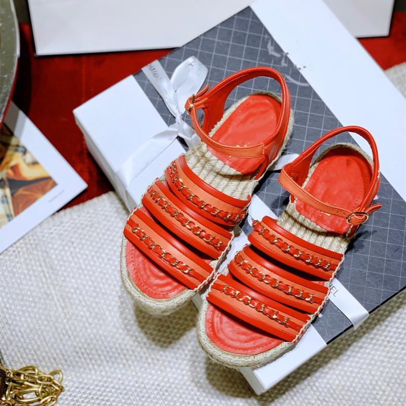 2021 Novos Sandálias Femininas Verão Flat-Bottomed Grossas Cadeia De Soled Chinelos antiderrapantes Um pedal preguiçoso palha palha tecida vermelha sexy pescador sapatos