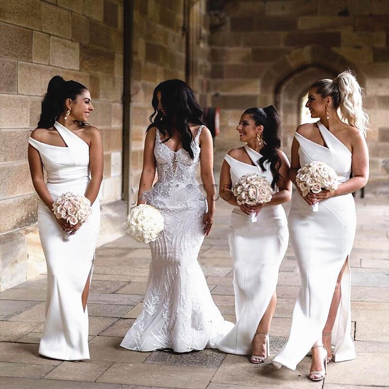 Einzigartige Schulter Lange Brautjungfer Kleider 2021 Einfache Satin Side Split Hausträgmaid of Honor Gowns Boho Garden Hochzeit Guest Ball Kleid
