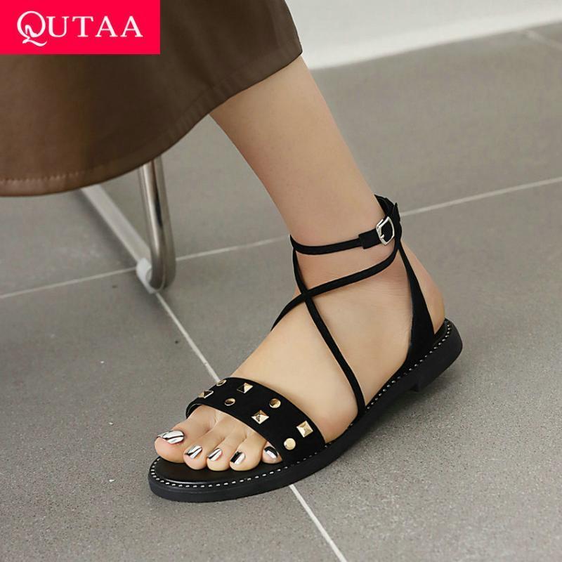 Сандалии QUTAA 2021 Женщины Флода Крест Лодыжка Ремень Пряжка Мода Заклепки открытыми Носки Плоская каблука Женская Обувь Большой Размер 34-43