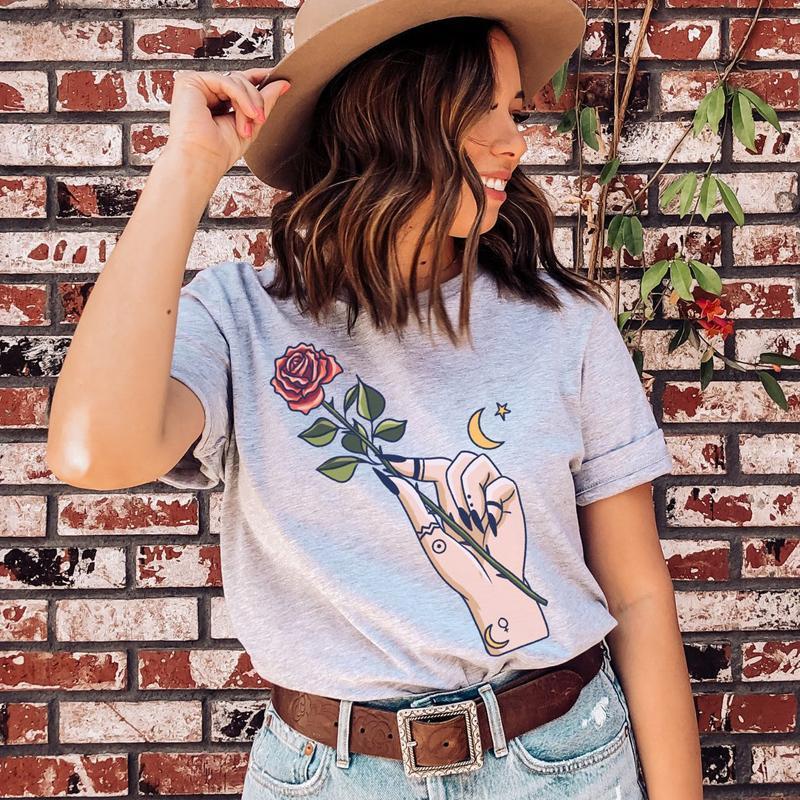 Camiseta de las mujeres de color bruja mano sosteniendo rosa estética gótica camiseta ropa moda mujer manga corta boho britchy goth top tee