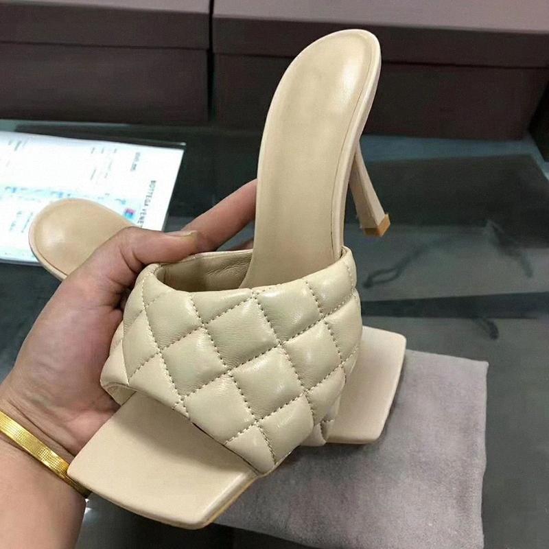 Tacones altos Mules 2021 Moda Estilo de teja de cuero Señoras Diapas tejidas Slippers Vestido Sandalias de celosía Sandalias Bordado Zapatos de playa Mujeres más SINPJ #