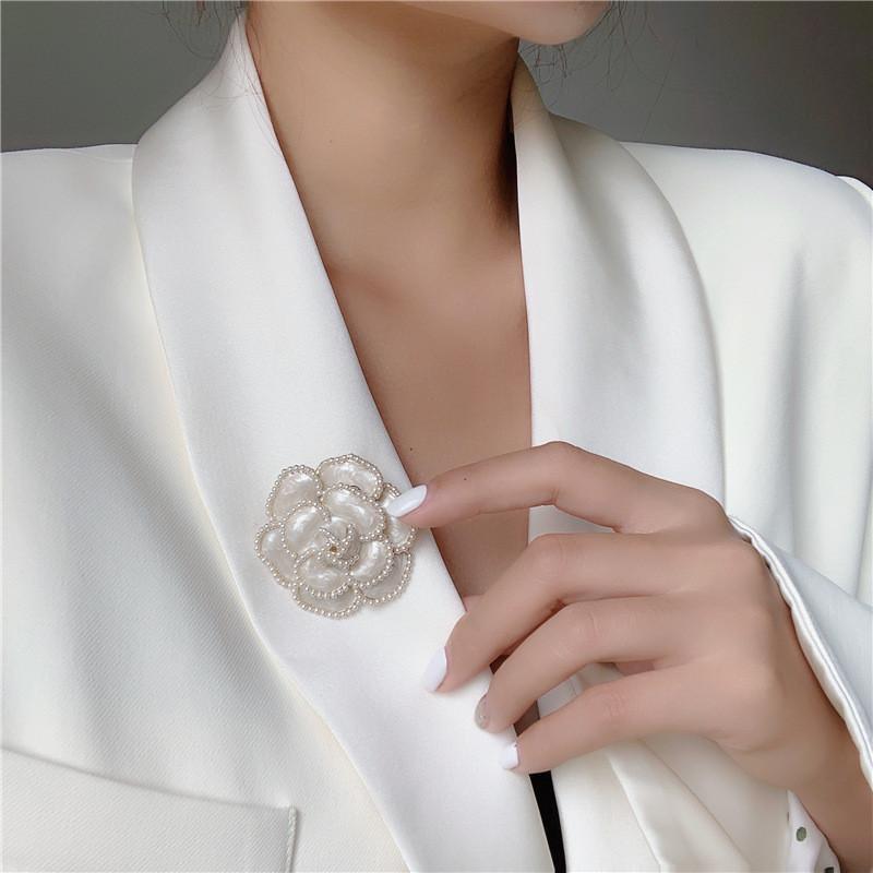 Pinos, Broche Design Preto Branco Camélia Para Mulheres Menina Pearl Flower Sweater Pins Brooch Declaração Jóias De Casamento