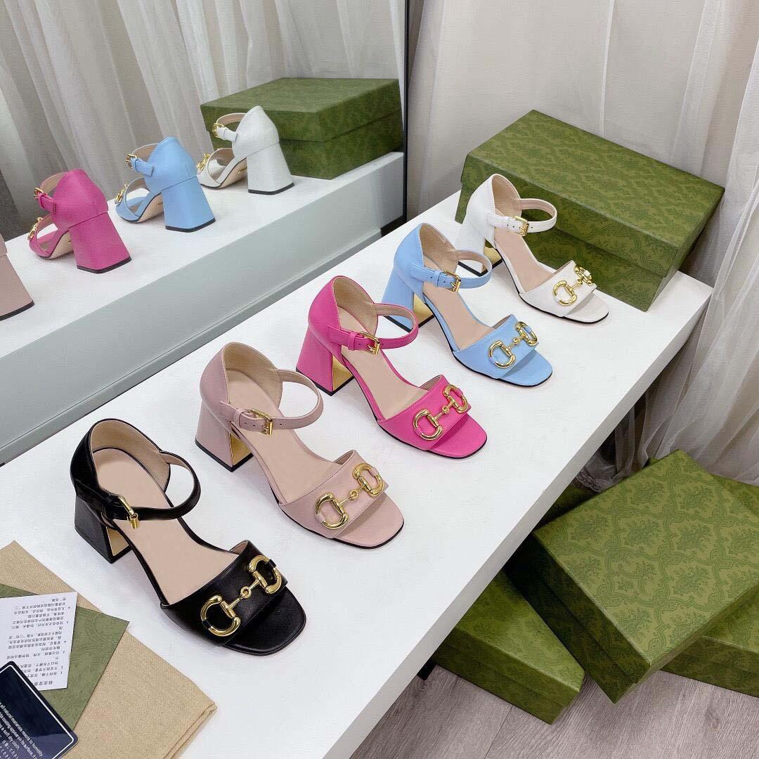 2021 Nuevas sandalias de mujeres europeas París Show Style Sandalia clásica con tamaños de sandalias de moda alto y bajo 35-41 con embalaje completo de calidad superior