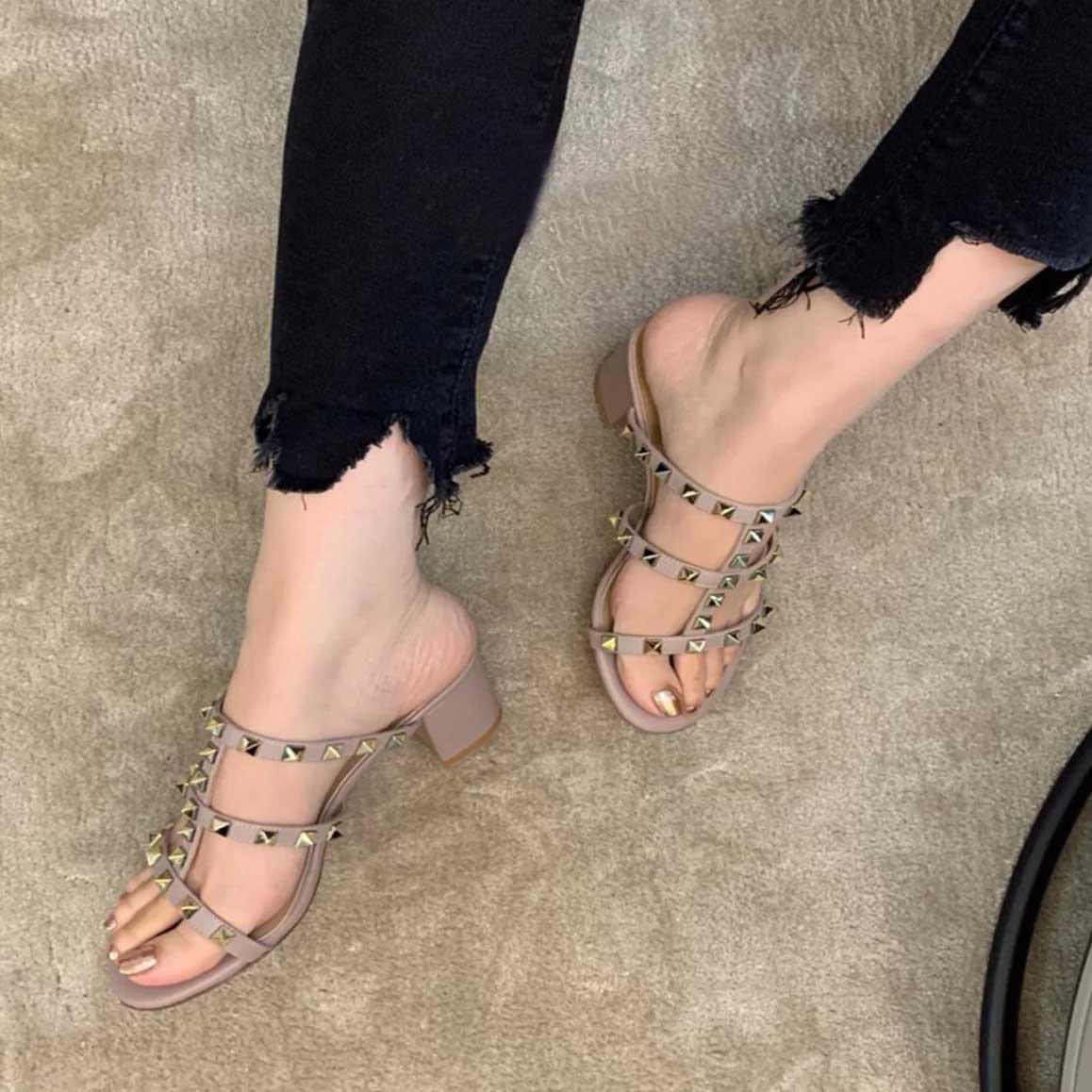 2021 Lüks Tasarımlar Moda Çivili Sandalet Hakiki Deri Slingback Bayanlar Yaz Kaya Perçinler Sandal Terlik Topuklu Tıknaz Heels W