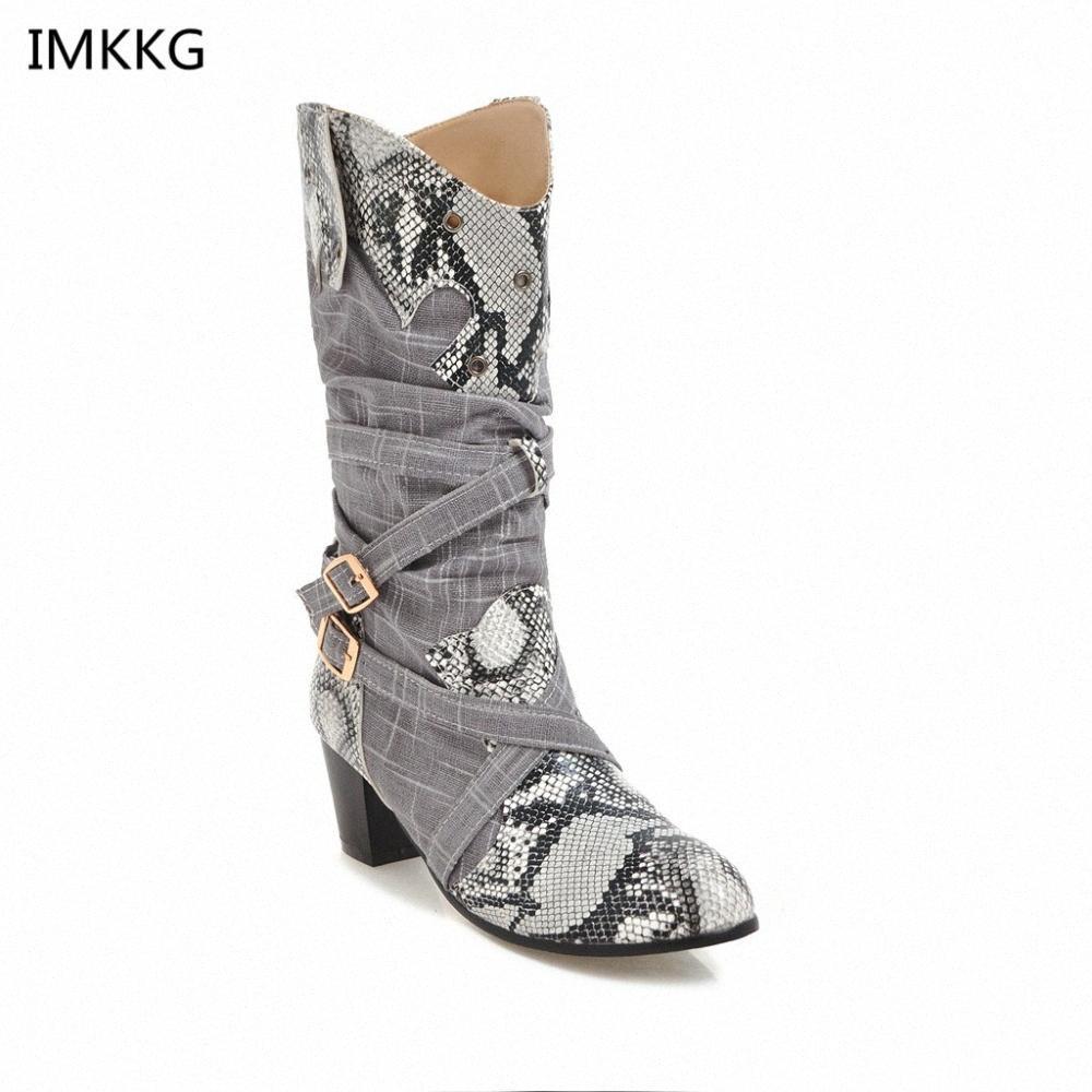 2018 Yeni Beyaz Kadınlar Marka Yuvarlak Toe Snaseskin Çizmeler Lady Oyma Orta Buzağı Ayakkabı Kız Kare Topuk Şövalye Kar Botları A689 Biker Boots B M3RR #