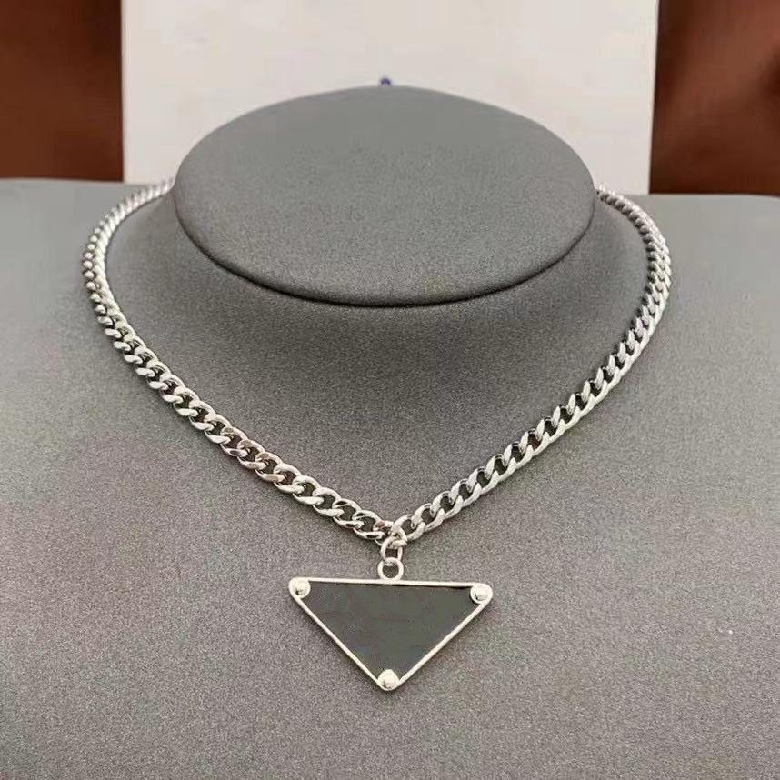2021 para mujer para mujer diseñador de lujo collar de moda joyería de moda en blanco y negro triángulo colgante diseño de diseño de plata Hip hop punk hombres collares