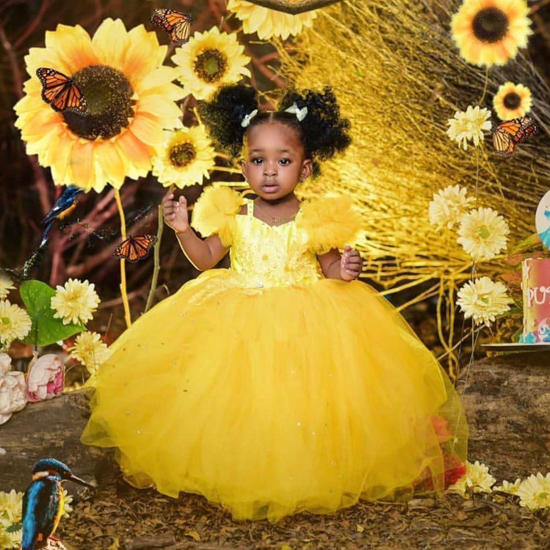 Sevimli Sarı Puf Çiçek Kız Elbise Bebek Kısa Kollu El Yapımı Çiçekler Yay Geri Çocuklar Örgün Giyim Balo Doğum Günü Tutu Etek