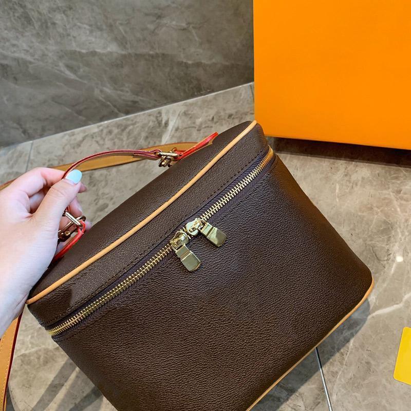 Diseñador multiusos Impresión de bolsos de cosméticos Bolsos de cuero Classic Botes Capacidad de lujo genuina D1324 Gran Crossbody GNKED