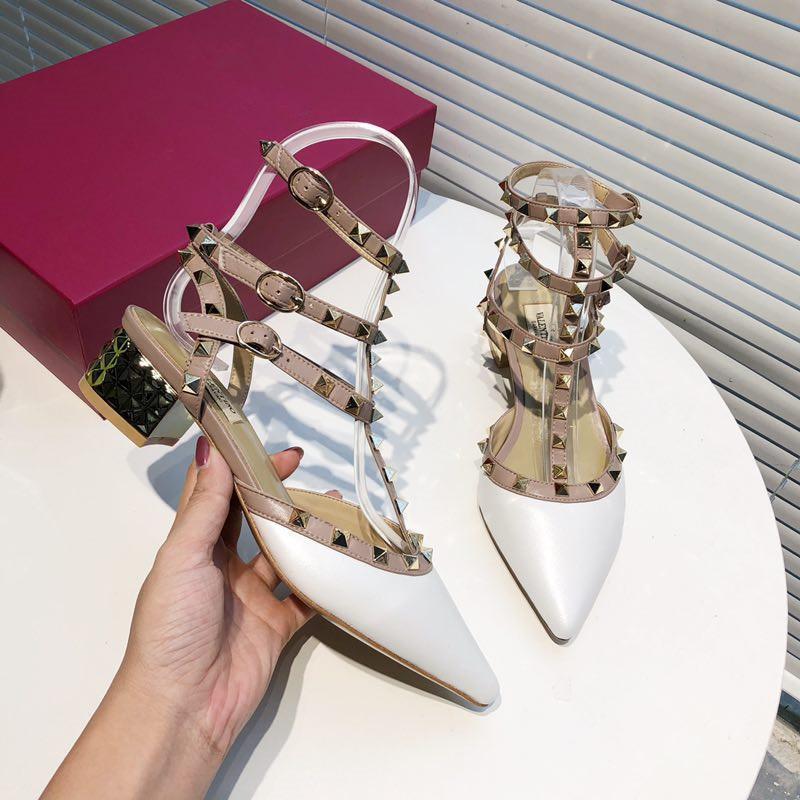2021 Verão Womens Rebite Grandes Sandálias Brilhando Metal Salto Médio Sapatos Vestido Moda Bonita e generosa