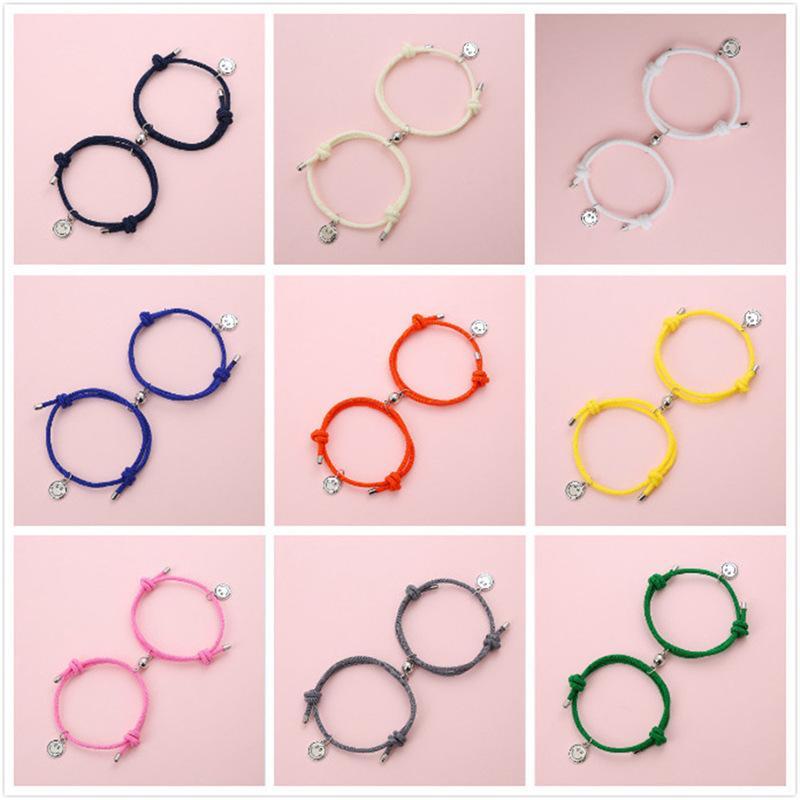 Los anillos de compromiso de los pendientes del diseñador, las pulseras y los collares de oro son los favoritos del enlace de las mujeres, los imanes de la joyería de cadena atraen a los amantes de la cara sonriente un par de hombres