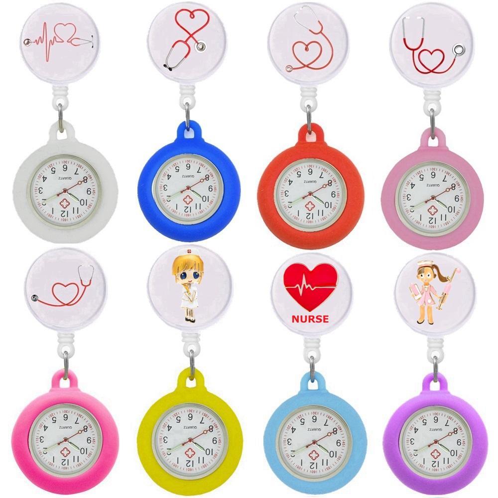 50 stücke Krankenschwester Arzt Stethoskop Herz Uhren Frauen Damen Weibliche Cartoon Tasche Uhr Einziehbare Rolle ID Abzeichen Glas Cabochon Geschenkuhr