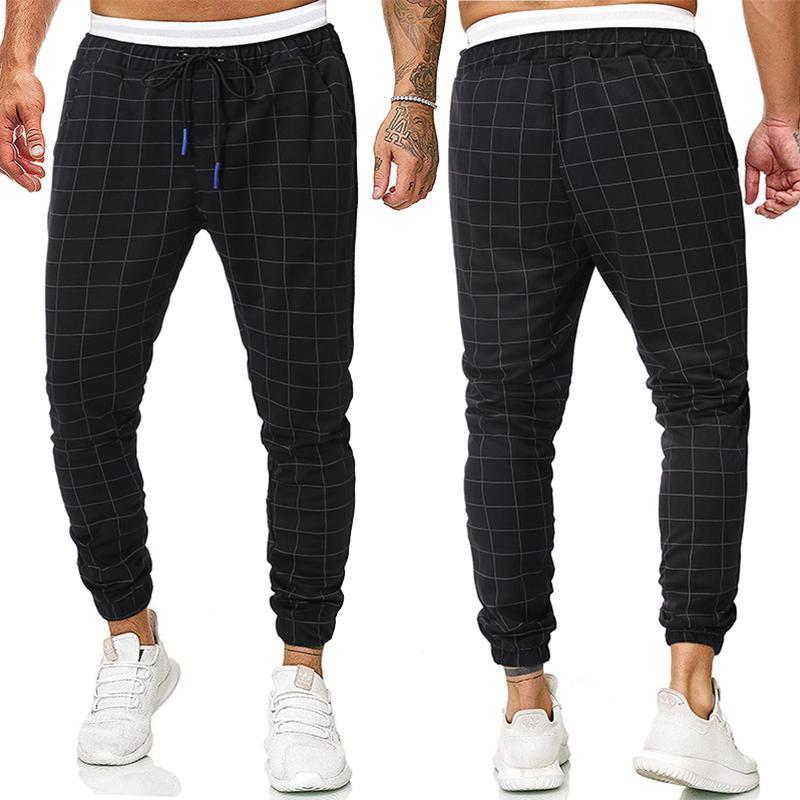 남성 캐주얼 격자 무늬 옷은 고전적인 스타일의 바지를 맞추고 있습니다.