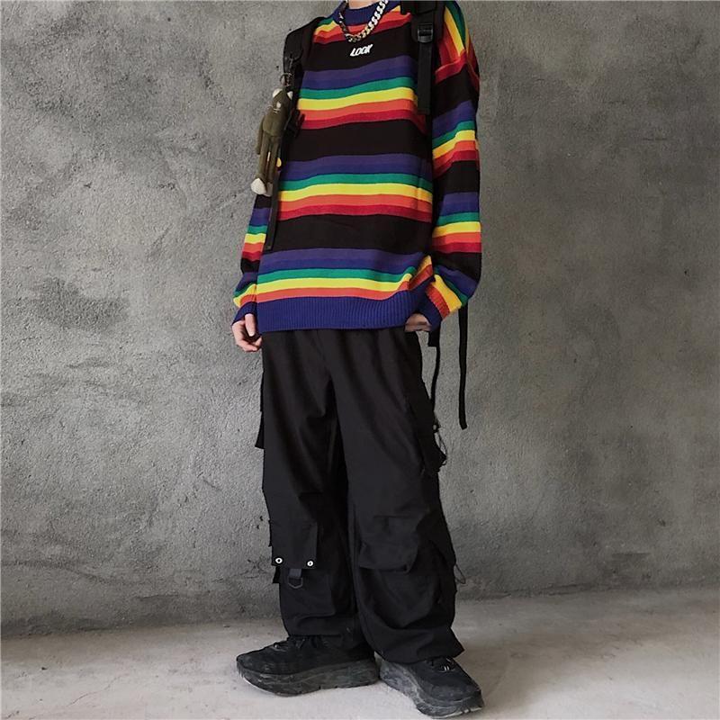 남성 스웨터 ins Rainbow Stripe 스웨터가 느슨한 둥근 목으로 어두운 높은 거리를 대조합니다.