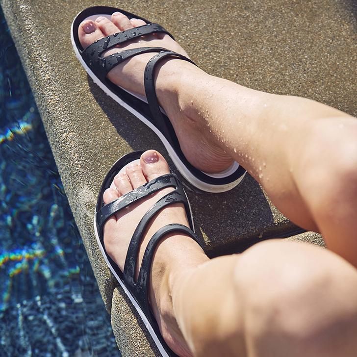 Summer Mujer zapatillas PVC Jelly Zapatos Cuñas Tacones bajos Plataforma suave Flexible Playa Diapositivas al aire libre Ladies Sandalias Mezclar Colores