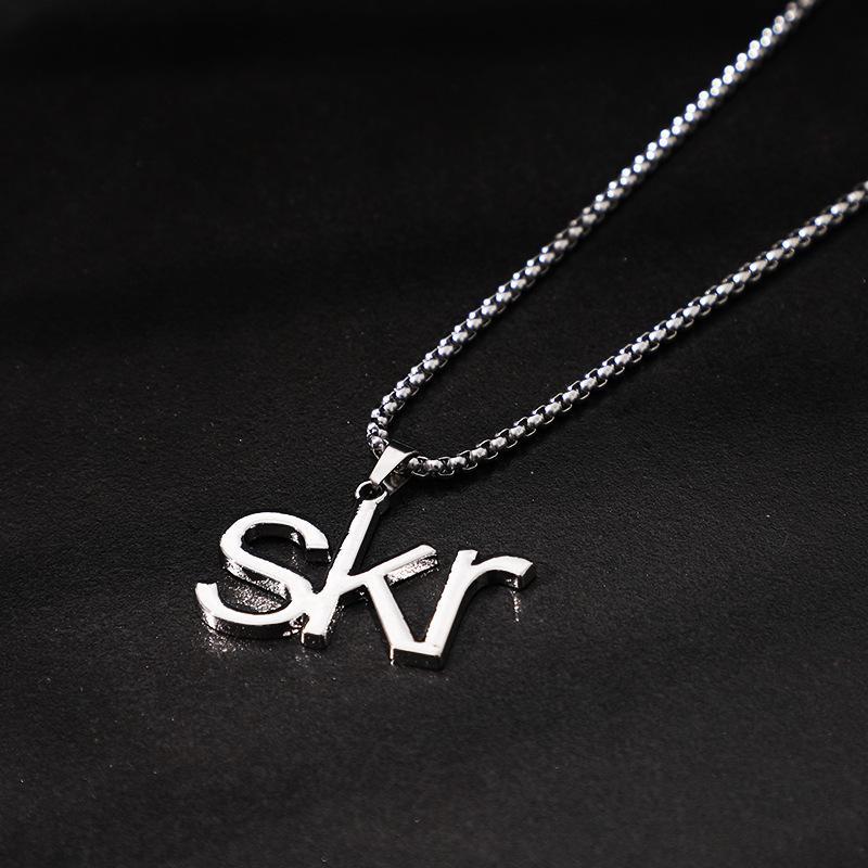 El mismo collar de letras de Wu Fashion Skr de Yifan se destaca en el mundo