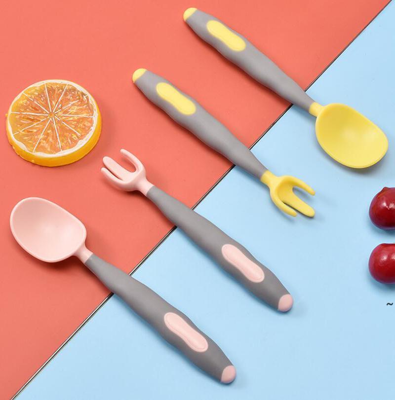 Детская посуда Детский поворот ложка вилка набор 2 шт. Согнутые силиконовые кормления ложка детских столовых приборов мультфильм тренировок TeTher OWC6990
