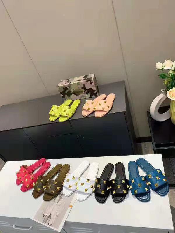 Zapatillas de mujer de estilo lujo clásico europeo, sandalias, remaches de oro, cuero decorativo, resuelto plano, fondo de goma, más color
