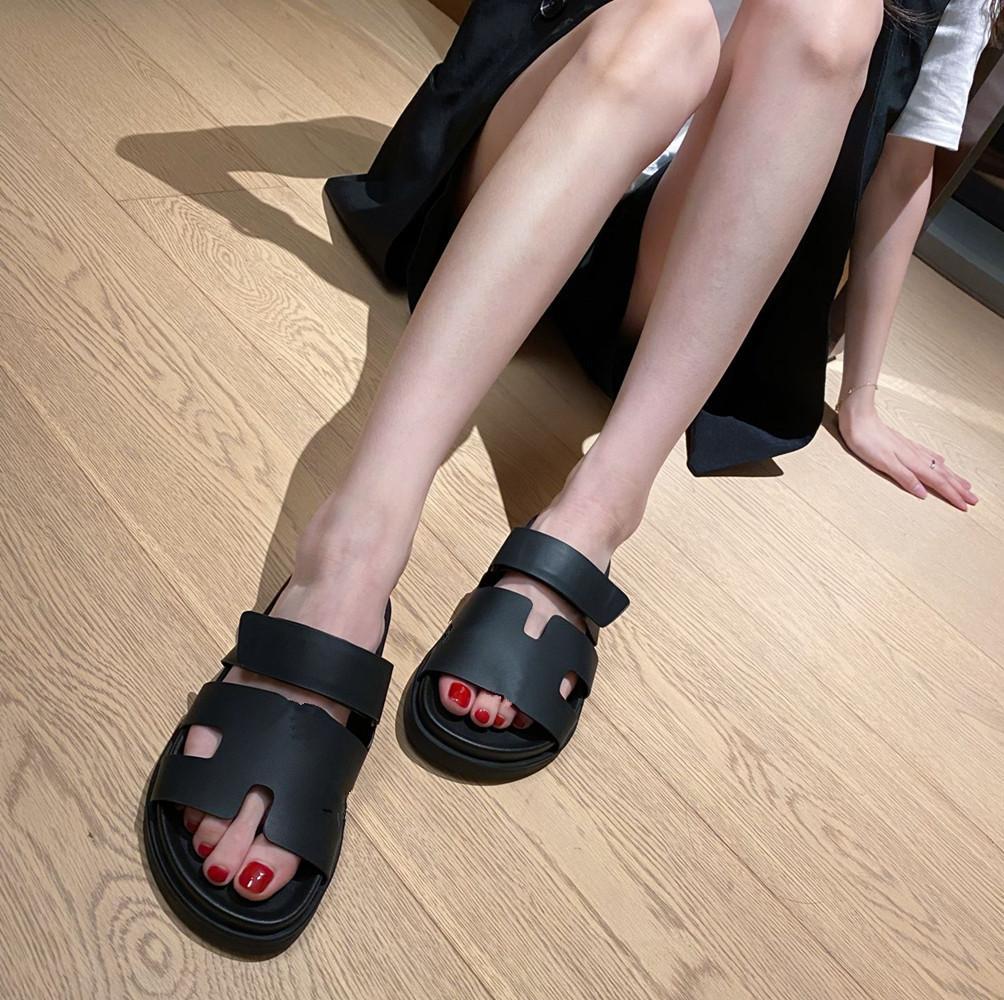 2021 كلاسيكي جديد للسيدات الصنادل سميكة سوليد النعال الصيف الفاخرة النعال عارضة الوجه يتخبط الأحذية الشاطئ سوليد شقة 36-41 معالجة
