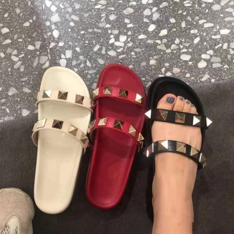 2021 المصممين الصيف النعال المسامير مفتوحة أصابع منصة الصنادل المسطحة النساء أحذية الشاطئ الأزياء في الهواء الطلق شبشب
