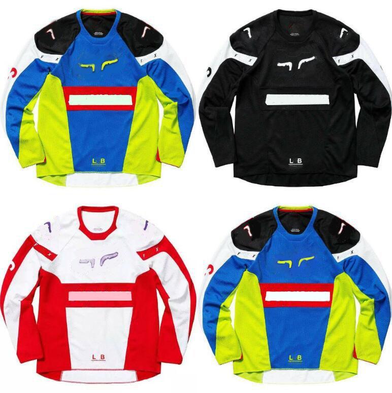 Abiti da corsa in moto, maglie in discesa nel campo della strada forestale sono personalizzate nello stesso stile