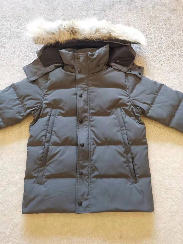 최고 품질의 고전적인 패션 진짜 코요테 모피 겨울 남성 원정 윈드 햄 야외 파카 거위 디자이너가 멋진 두꺼운 재킷을 따뜻하게