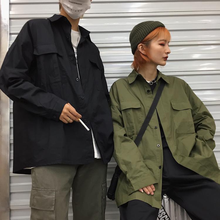 가을 한국어 스타일의 검은화물 셔츠 버튼 커플 옷을 입은 커플 옷을 입고 남성 캐주얼 셔츠를위한 느슨한 긴 소매 코트