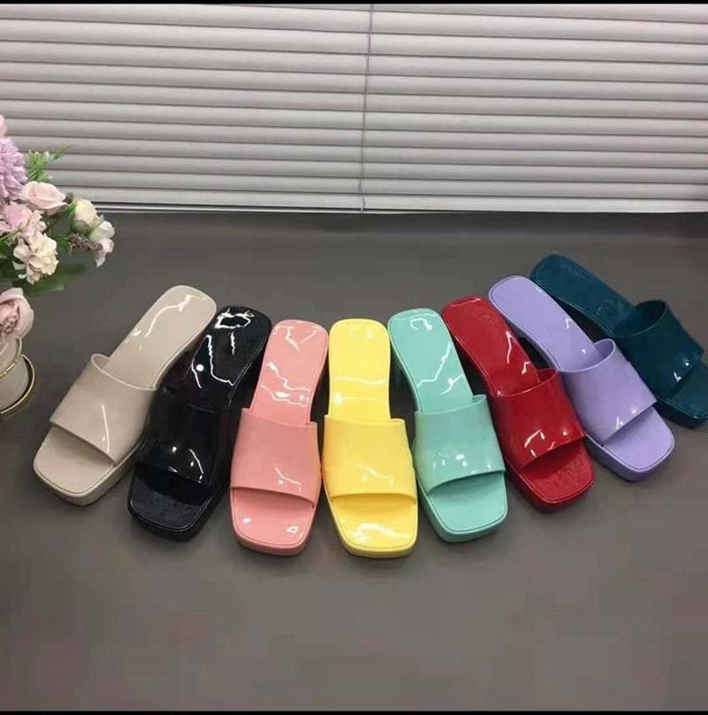 2021 Yüksek Kaliteli Kadın Baskı Sandalet Kalın Alt Terlik Platformu Alfabe Lady Sandal Patent Deri Tasarımcı Moda Ayakkabı Kutusu