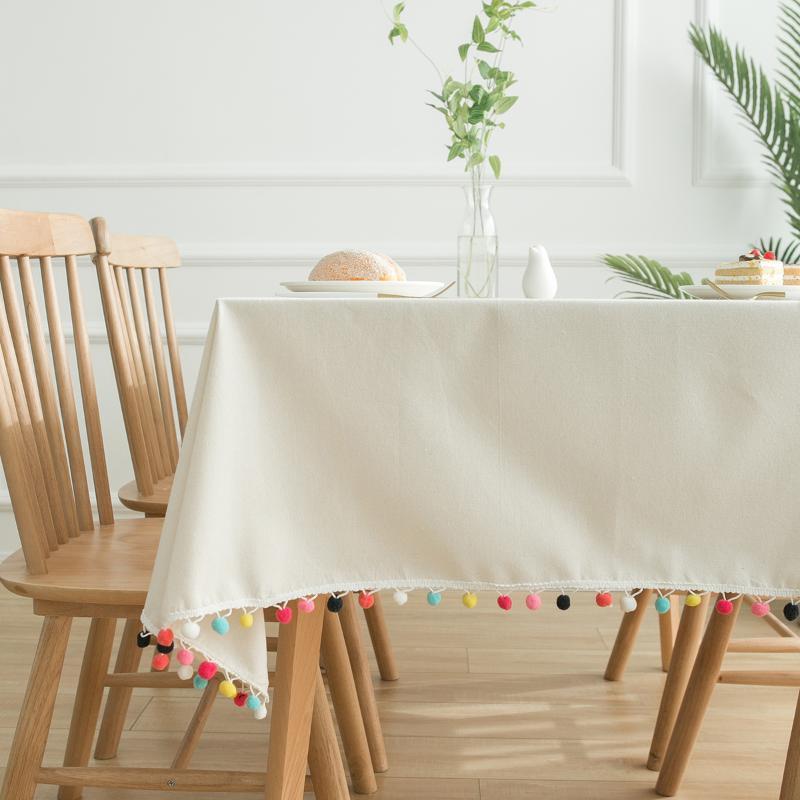 현대적이고 간단한 흰색 면화 린넨 식탁보 다채로운 모피 공 커버 천으로 먼지 방지 커피 테이블 타월