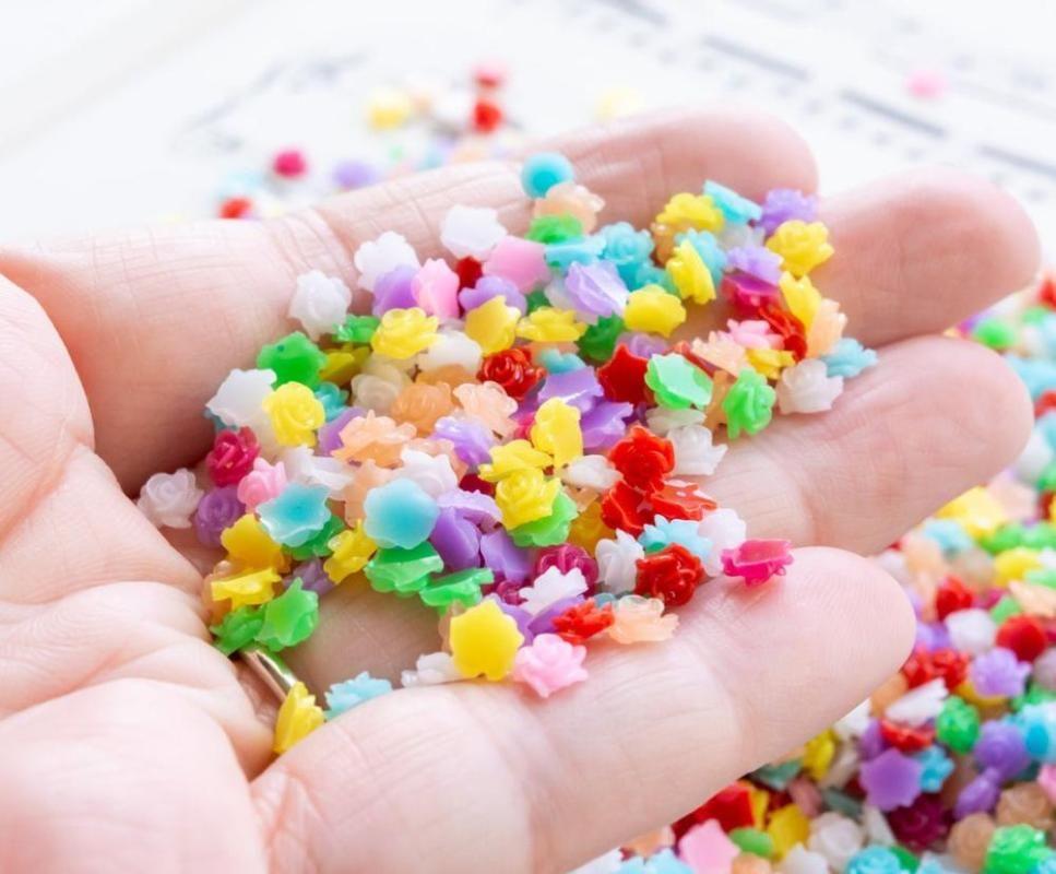 100/50 / 1000pcs / sack 5,5mm Blumen-Cabochons, winzige Rosen, halbscheinende Farben Flache Nagelkunstharzteile Dekoration, HggH545 Dekorationen