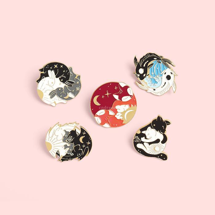 요가 Yinyang 브로치 핀 에나멜 동물 포옹 고양이 드래곤 여우 브로치 옷깃 핀 탑 백 배지 여성용 남성 패션 쥬얼리