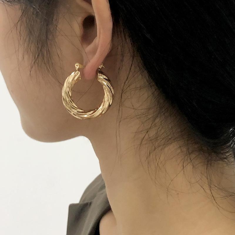 - 셀러 나선형 트위스트 모양의 귀걸이 패션 메탈 간단한 프랑스 후프 여성 귀 액세서리 선물 선물 합금 보석 Huggie