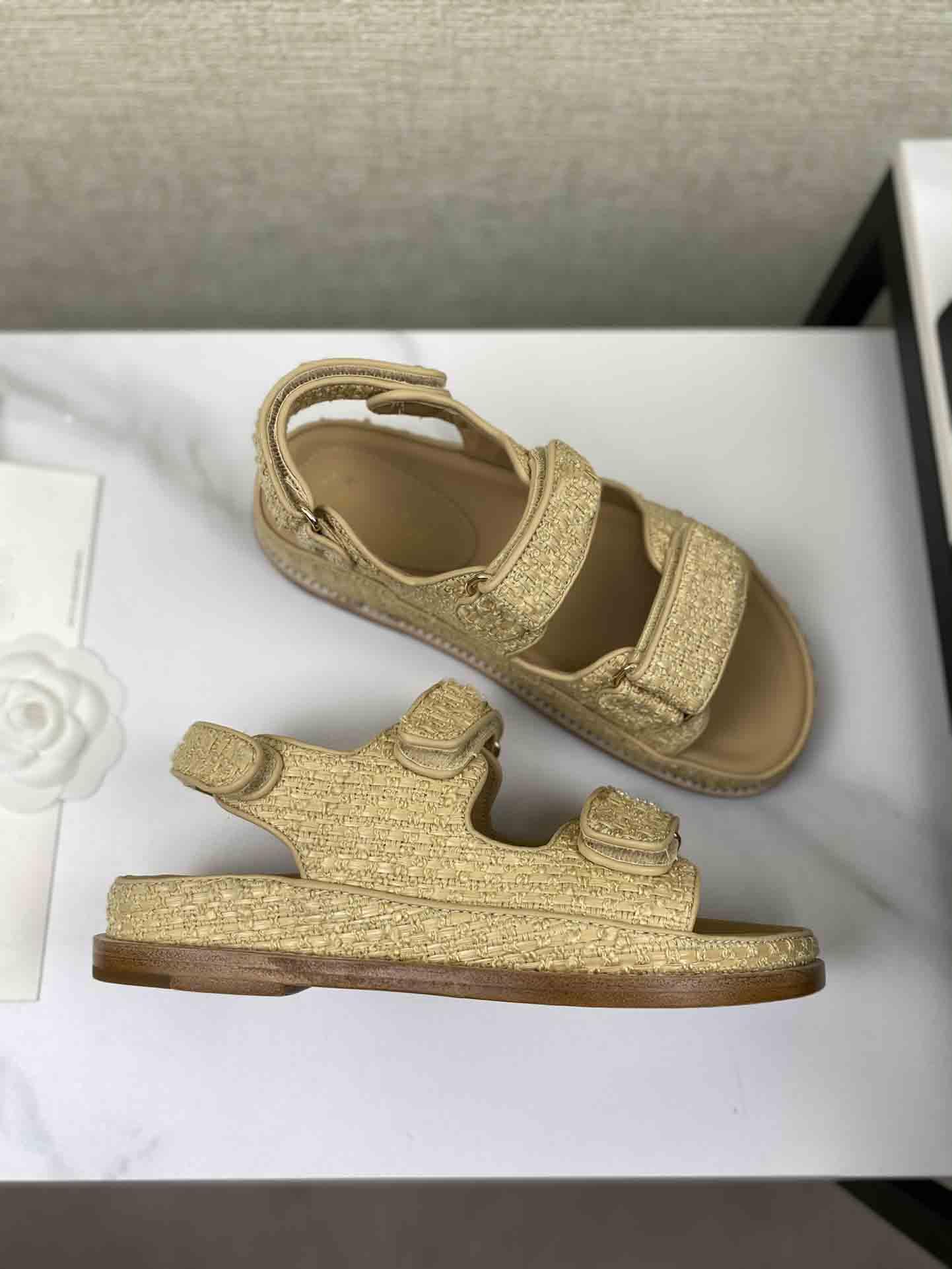 Ankunft Sommer Damen Luxus Designer Sandalen Mode Gute Qualität Echtes Leder Tuch Abdeckung Stickerei Hakenschleife Flat Heeel 35 bis 40 Geflochtene Stoff Beige Produkt