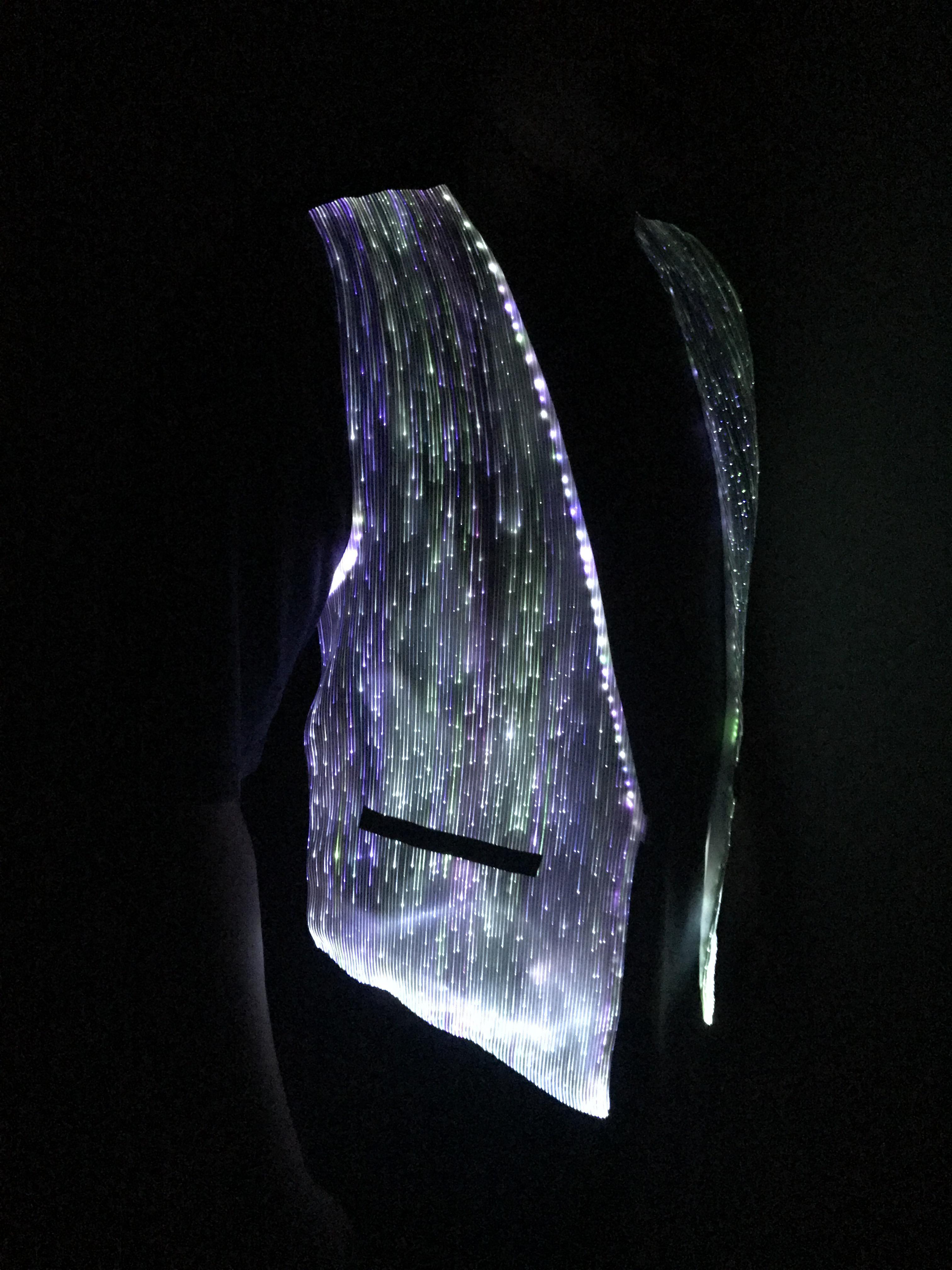 Mens Rave Outfit LED Одежда света в темных рубашках Горящие костюмы мужчины, контроль приложений, звук активирован, волоконно-оптическая ткань