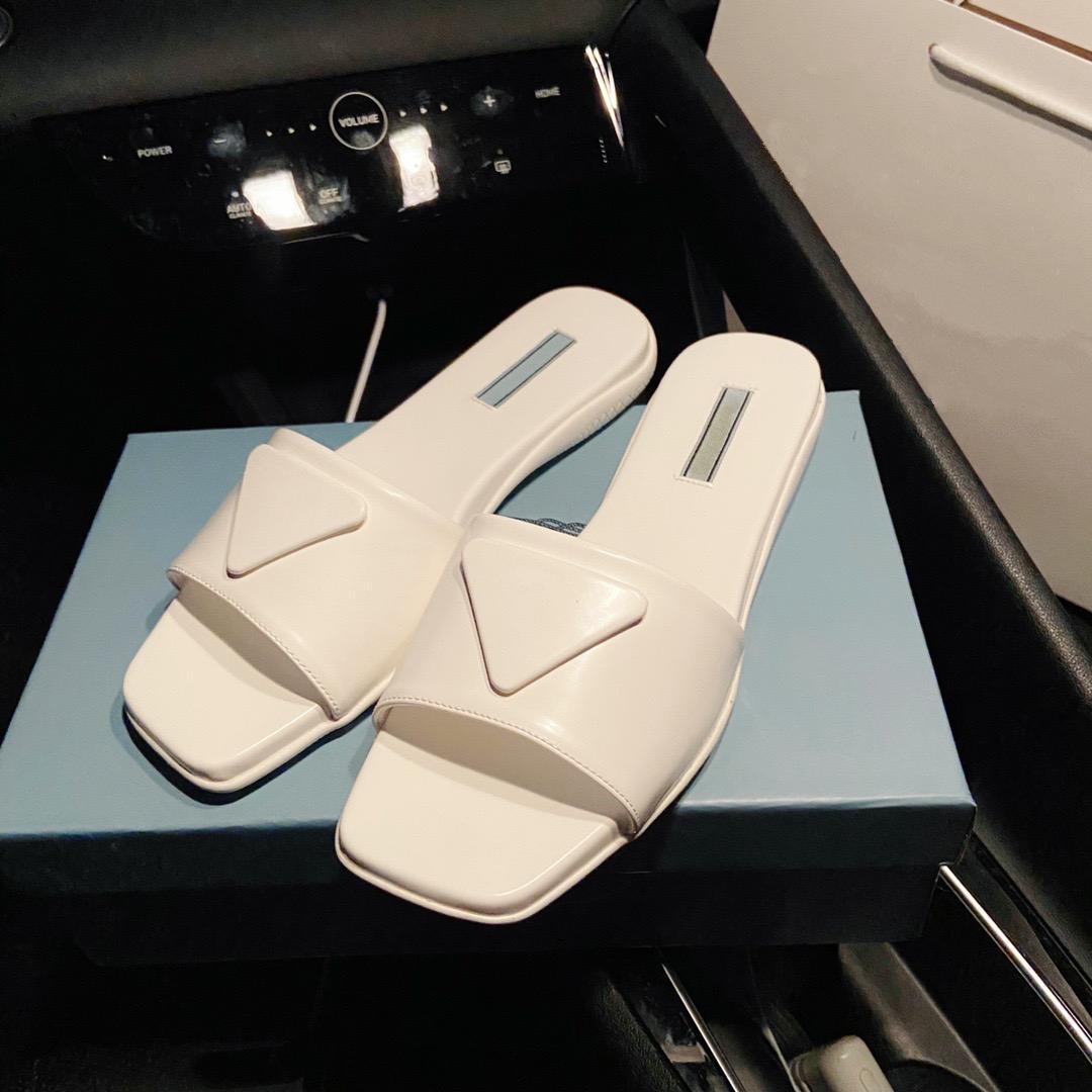 Desenhadores de alta qualidade Mulheres Chinelos de couro Sandálias Últimas Macarons Exterior Beach Slipper 2021 Luxurys Omfortable Walking Shoes