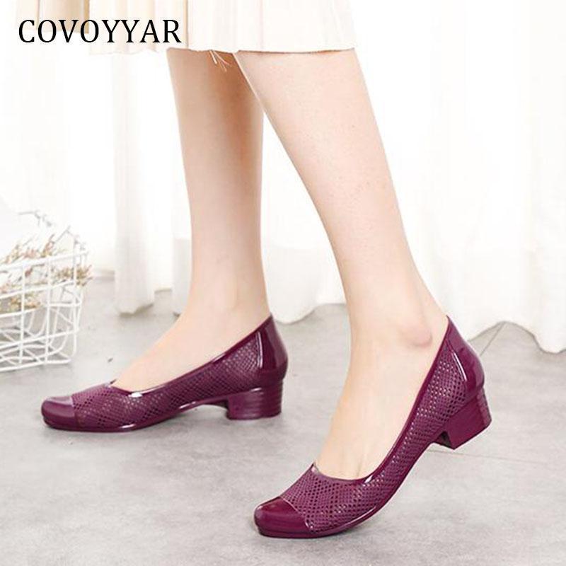 Sapatos de vestido Covoyyar PVC Mulheres verão respirável bloco de salto mulher bombas geléia senhora sandálias cortadas deslizamento em saltos altos wfs4017
