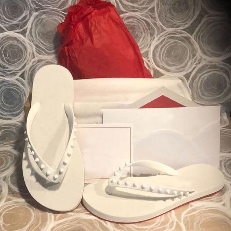 2021 Yaz Plaj Flats Kırmızı Alt Çevirme Siyah Deri Çivili Terlik Slaytlar Sandalet Erkekler / Kadınlar Kırmızı Tabanlar Spike Donna Çivili Kauçuk Toz Çanta ile Kauçuk Flip-Flop