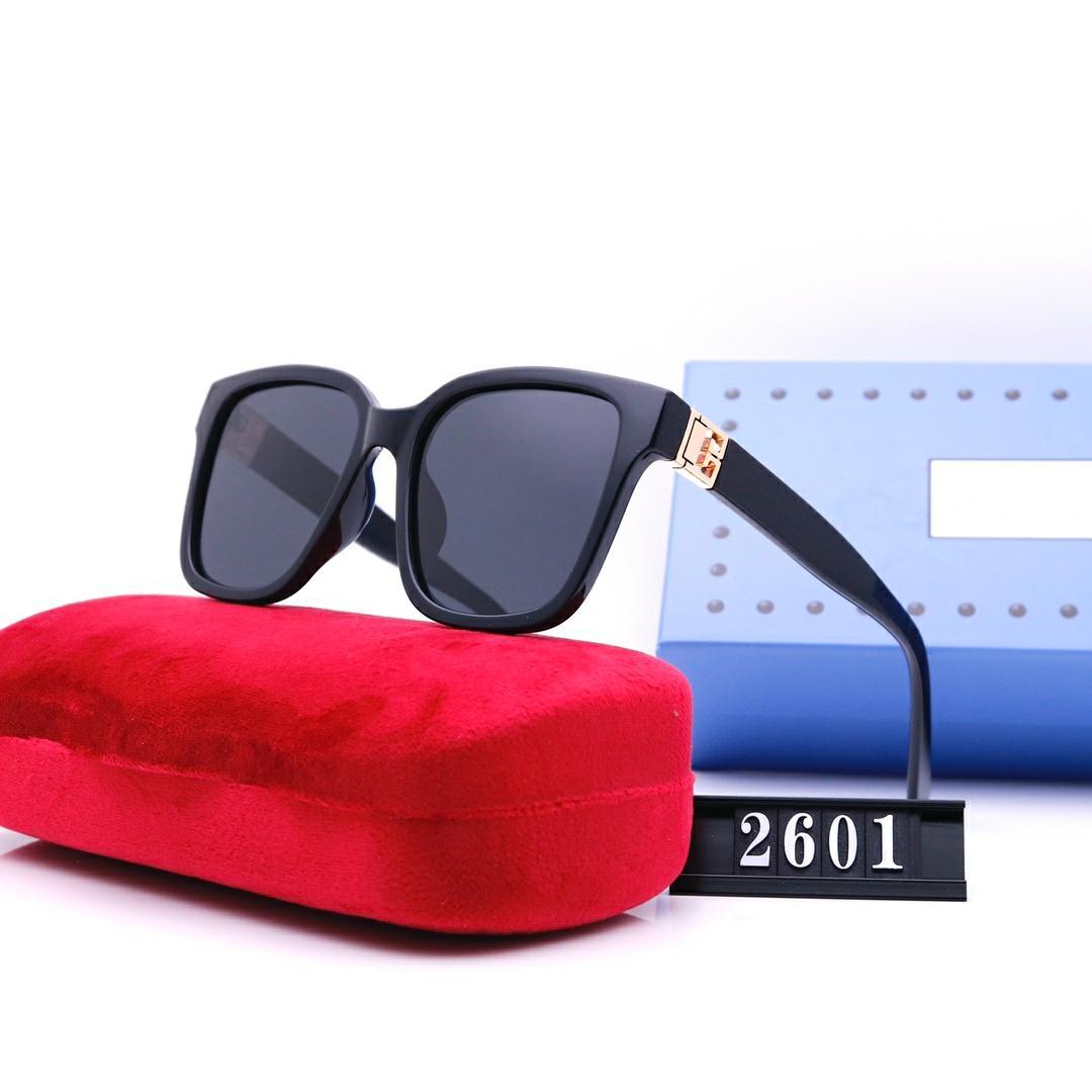 Mode Lunettes de soleil de luxe Mens Femmes Casual Conduite Casual Lunettes de plein air Haute Qualité HD Polarisée Lens Noir Blanc 4 Couleurs Sun Lunettes Vente en gros 2601
