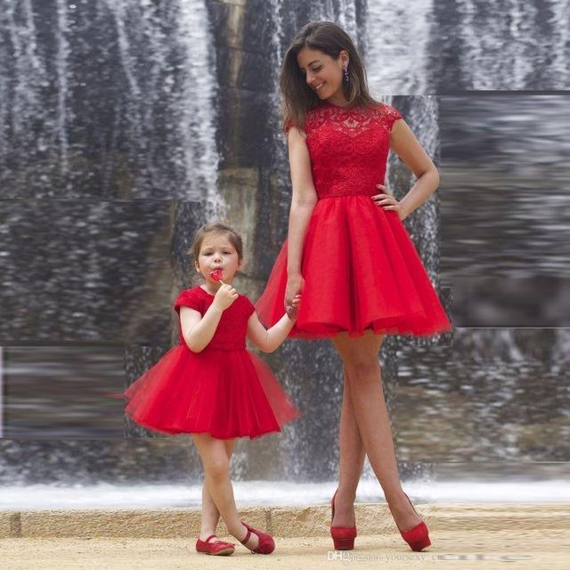 Nieuwe Collectie Rode Kant Een Lijn Prom Jurken Moeder en Dochter Korte Party Jurken Juweel Hals Capped Sleeves Tiered Tule Avondjurken