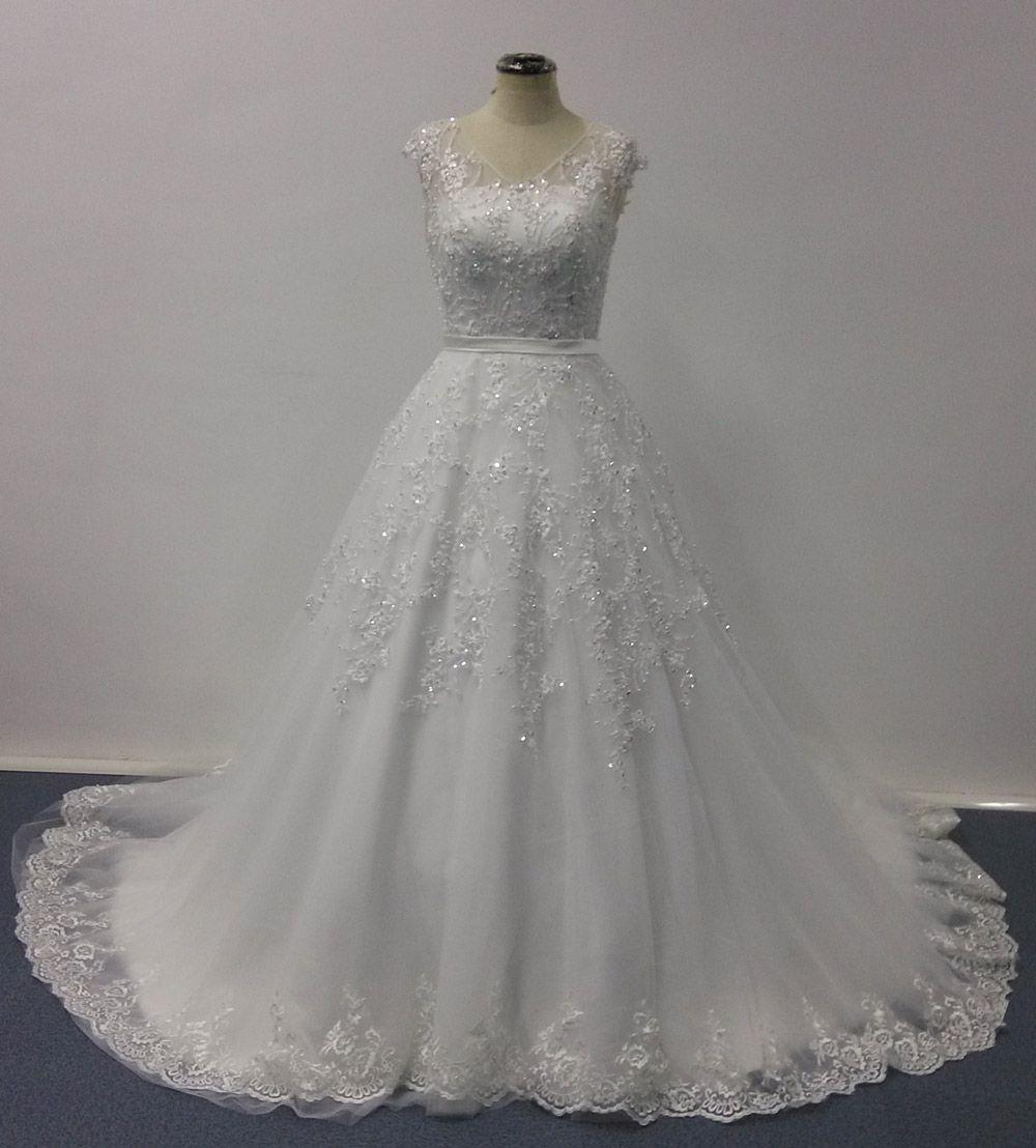 Abiti da sposa Bellissima 2016 Ball Gown Sheer scollo a V Maniche corte Pizzo Appliqued cappella treno Immagine reale Designer Abiti da sposa