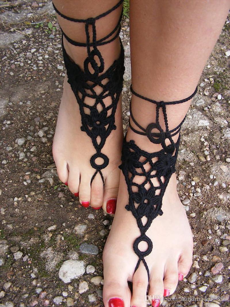 맨 손으로 뜨개질을 한 맨발, 백색 색깔에있는 레이스 샌들, 집시 신부 발, 순수한 면사에서 만드는