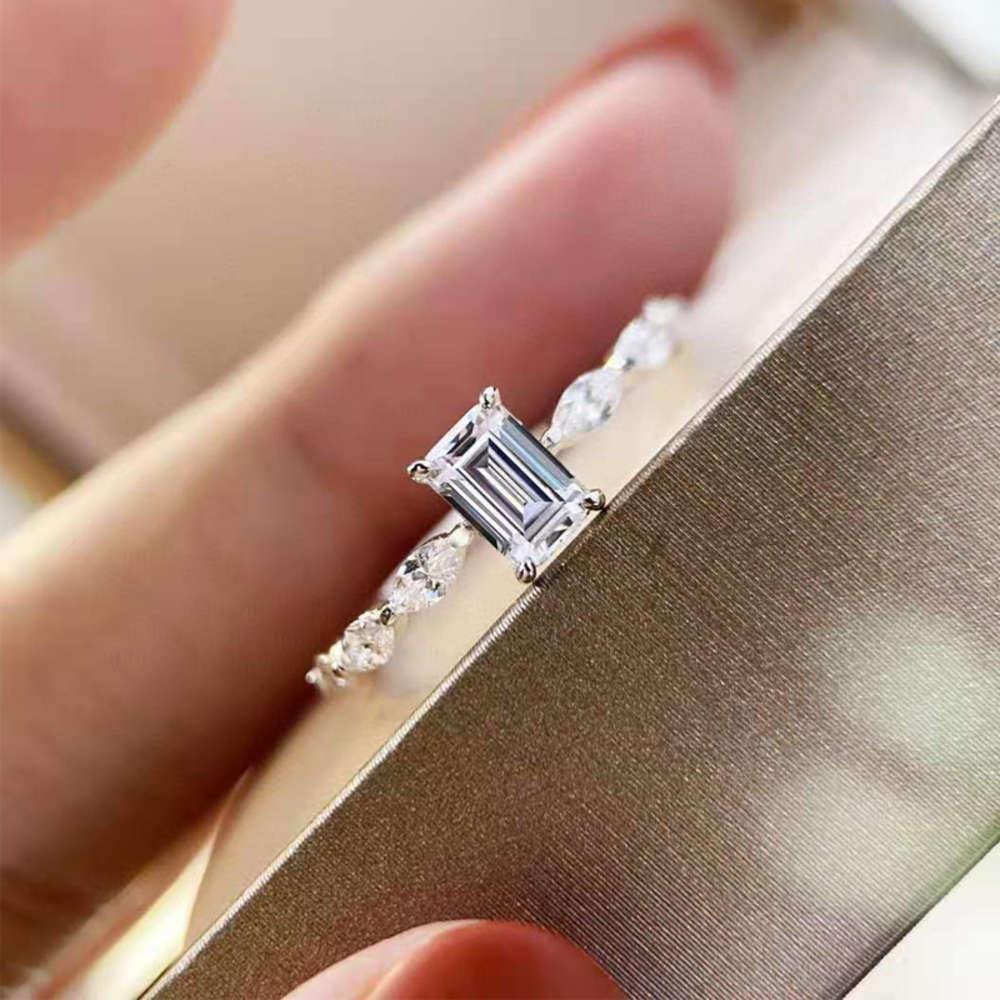 HBP 50 puntos Esmeralda Sparkle Ciudad Simulación Anillo de diamante Luz de lujo Insértil Silver Net Red Temperamento Femenino Boda