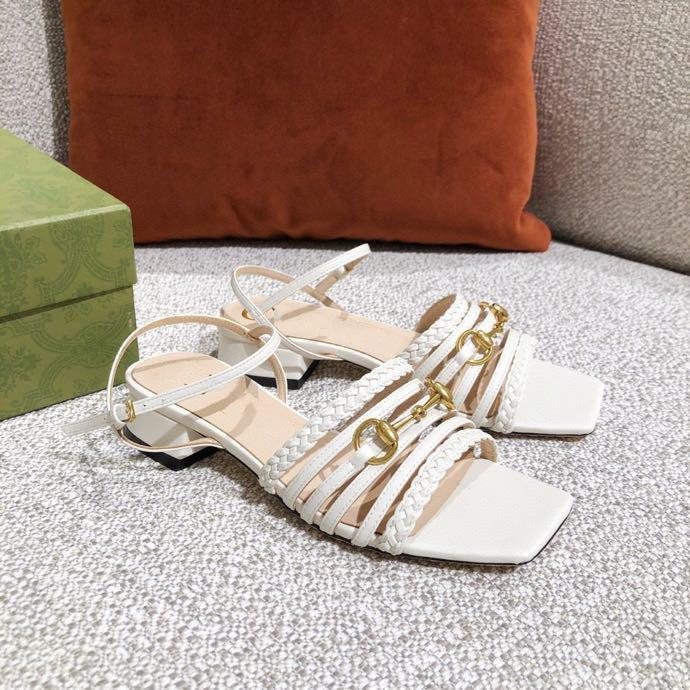 2021 yeni high-end özelleştirilmiş klasik moda at-bit toka kalın topuklu kare başlı kadın sandalet yeni yaz ayakkabı ile gerçek deri