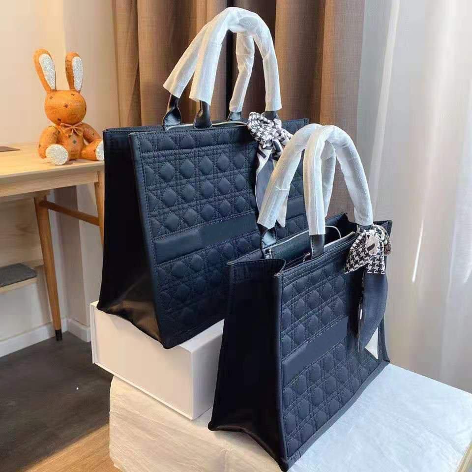 2021 Saco de compras Bordado Estilo Feminino Designer Unisex Lona One-ombro Portátil Black Woven Moda Elegante Viagem
