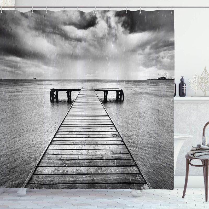 Duschvorhänge schwarz und weißer Vorhang Alter Holz Pier auf dem Meer Dramatischer Himmel Schwere Wolken Regnerisches Wetter Wasserdichte Badezimmer Dekor